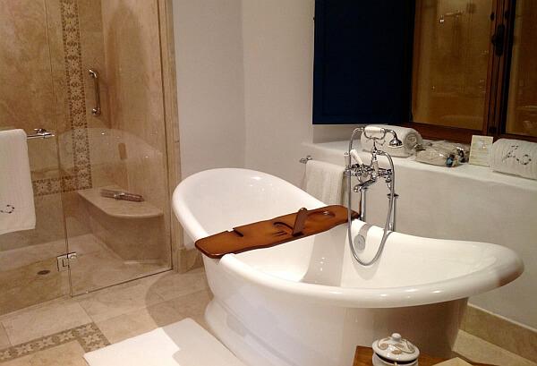 Nazarenes Hotel bathtub