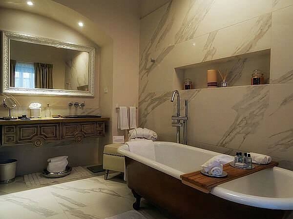 Illa Hotel Quito luxury suite bathroom